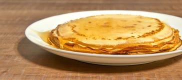 Τηγανίτες με το μέλι στο άσπρο πιάτο Στοκ φωτογραφίες με δικαίωμα ελεύθερης χρήσης