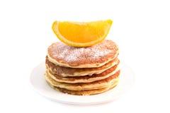 Τηγανίτες με το πορτοκάλι που απομονώνεται στο άσπρο υπόβαθρο στοκ φωτογραφίες με δικαίωμα ελεύθερης χρήσης