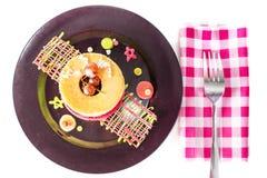 Τηγανίτες με το σταφύλι στο μαύρο πιάτο Στοκ Εικόνες