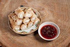 Τηγανίτες με το τυρί εξοχικών σπιτιών και τη μαρμελάδα κερασιών Στοκ Φωτογραφίες