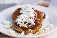 Τηγανίτες με το τυρί και το μέλι εξοχικών σπιτιών Στοκ Φωτογραφία