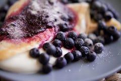 Τηγανίτες με το τυρί, την κρέμα και τα βακκίνια Στοκ εικόνες με δικαίωμα ελεύθερης χρήσης