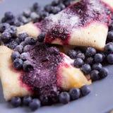 Τηγανίτες με το τυρί, την κρέμα και τα βακκίνια Στοκ φωτογραφίες με δικαίωμα ελεύθερης χρήσης