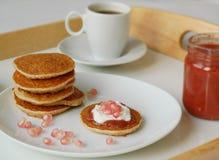 Τηγανίτες με το marmelade, το ρόδι, το τυρί εξοχικών σπιτιών και τον καφέ Στοκ φωτογραφία με δικαίωμα ελεύθερης χρήσης