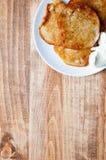Τηγανίτες πατατών σε έναν ξύλινο πίνακα Υπόβαθρο Στοκ φωτογραφίες με δικαίωμα ελεύθερης χρήσης