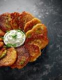Τηγανίτες πατατών, draniki, hash - το Browns ή fritters εξυπηρέτησε με το φρέσκο κρεμμύδι κρέμας και άνοιξη Στοκ Εικόνες