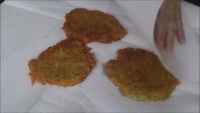 Τηγανίτες που γίνονται φυτικές από τις πατάτες απόθεμα βίντεο