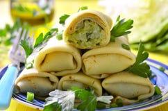 Τηγανίτες που γεμίζονται με το τηγανισμένο λάχανο και τα πράσινα Στοκ Εικόνες