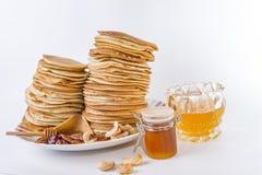 Τηγανίτες που ολοκληρώνονται με το μέλι Στοκ εικόνες με δικαίωμα ελεύθερης χρήσης