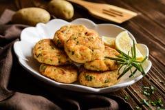 Τηγανίτες σολομών με την πατάτα Στοκ εικόνα με δικαίωμα ελεύθερης χρήσης