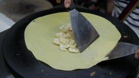 Τηγανίτες τηγανητών πωλητών με τις μπανάνες στη βιετναμέζικη αγορά νύχτας Ασιατικά τρόφιμα οδών 4K απόθεμα βίντεο