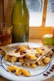 Τηγανίτες της Apple με ένα μπουκάλι και ένα ποτήρι του μηλίτη Στοκ εικόνες με δικαίωμα ελεύθερης χρήσης