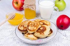 Τηγανίτες της Apple με το γάλα και το μέλι Στοκ Εικόνες