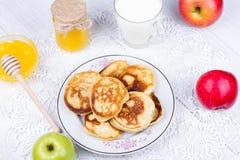 Τηγανίτες της Apple με το γάλα και το μέλι Στοκ φωτογραφία με δικαίωμα ελεύθερης χρήσης