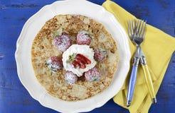 Τηγανίτες Τρίτης τηγανιτών Shrove με τις φράουλες και την κρέμα Στοκ Εικόνες