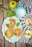 Τηγανίτες τυριών εξοχικών σπιτιών με τα μήλα Στοκ φωτογραφία με δικαίωμα ελεύθερης χρήσης