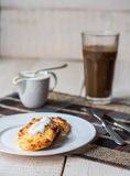 Τηγανίτες τυριών εξοχικών σπιτιών με την ξινούς κρέμα και τον καφέ, πρόγευμα Στοκ Φωτογραφίες