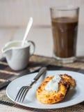 Τηγανίτες τυριών εξοχικών σπιτιών με την ξινούς κρέμα και τον καφέ, πρόγευμα Στοκ Εικόνα