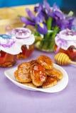 Τηγανίτες τυριών με το μέλι σε μια ακίνητη ζωή Στοκ Εικόνες