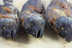 3 τηγανητά σωμάτων ψαριών στο τεμαχίζοντας ξύλο Στοκ εικόνα με δικαίωμα ελεύθερης χρήσης