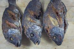 3 τηγανητά σωμάτων ψαριών στο τεμαχίζοντας ξύλο Στοκ Φωτογραφίες