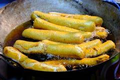 Τηγανητά φραγμών ψαριών σε ένα τηγανίζοντας τηγάνι με το καυτό πετρέλαιο στα τρόφιμα οδών της Ταϊλάνδης στοκ φωτογραφία με δικαίωμα ελεύθερης χρήσης