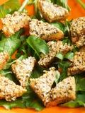 Τηγανισμένα δαγκώματα του ψωμιού με tofu και το σουσάμι στοκ εικόνες