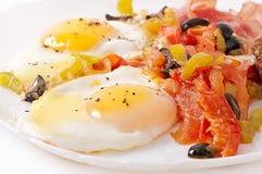Τηγανισμένα αυγά με το μπέϊκον, τις ντομάτες, τις ελιές και τις φέτες του τυριού Στοκ φωτογραφία με δικαίωμα ελεύθερης χρήσης