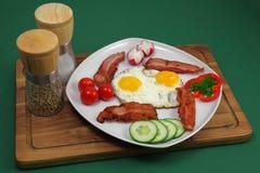 Τηγανισμένα αυγά με το μπέϊκον στοκ εικόνα με δικαίωμα ελεύθερης χρήσης