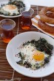 Τηγανισμένα αυγά με το σπανάκι στοκ εικόνες