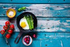 Τηγανισμένα αυγά με το aspargus Στοκ εικόνες με δικαίωμα ελεύθερης χρήσης