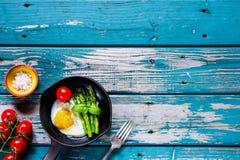 Τηγανισμένα αυγά με το aspargus Στοκ φωτογραφία με δικαίωμα ελεύθερης χρήσης