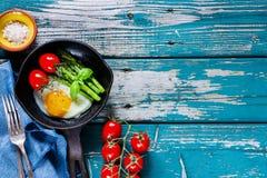 Τηγανισμένα αυγά με το aspargus Στοκ Εικόνες