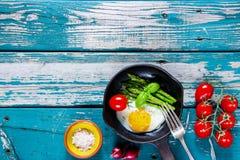 Τηγανισμένα αυγά με το aspargus Στοκ Φωτογραφίες