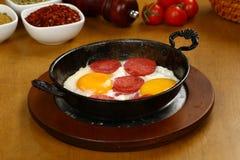 Τηγανισμένα αυγά με το sucuk σε ένα τηγάνι στοκ φωτογραφία