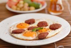 Τηγανισμένα αυγά με το sucuk στοκ φωτογραφία με δικαίωμα ελεύθερης χρήσης