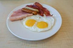 Τηγανισμένα αυγά, μπέϊκον και λουκάνικο Στοκ εικόνες με δικαίωμα ελεύθερης χρήσης