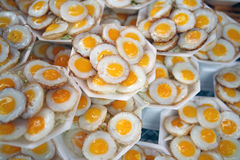 Τηγανισμένα αυγά ορτυκιών στην ταϊλανδική αγορά Στοκ Εικόνα