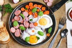 Τηγανισμένα αυγά σε ένα τηγανίζοντας τηγάνι με τα λαχανικά Στοκ φωτογραφία με δικαίωμα ελεύθερης χρήσης