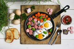 Τηγανισμένα αυγά σε ένα τηγανίζοντας τηγάνι με τα λαχανικά Στοκ εικόνες με δικαίωμα ελεύθερης χρήσης