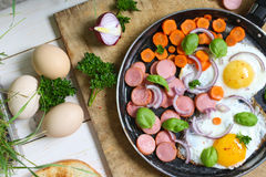 Τηγανισμένα αυγά σε ένα τηγανίζοντας τηγάνι με τα λαχανικά Στοκ φωτογραφίες με δικαίωμα ελεύθερης χρήσης