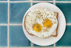 Τηγανισμένα αυγά στη φρυγανιά, υγιές πρόγευμα στοκ φωτογραφία