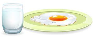 Τηγανισμένα αυγό και γάλα Στοκ φωτογραφία με δικαίωμα ελεύθερης χρήσης