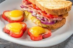 Τηγανισμένα αυγό και σάντουιτς Στοκ εικόνες με δικαίωμα ελεύθερης χρήσης