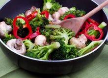 Μικτά τηγανισμένα λαχανικά σε ένα τηγάνι Στοκ εικόνα με δικαίωμα ελεύθερης χρήσης