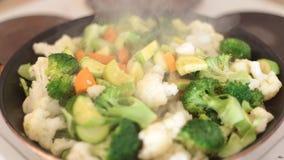 Τηγανισμένα λαχανικά στο τηγάνι φιλμ μικρού μήκους