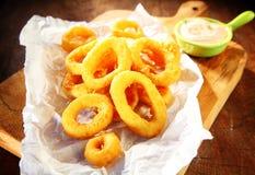 Τηγανισμένα δαχτυλίδια καλαμαριών με την ξινή σάλτσα κρέμας Στοκ Φωτογραφίες