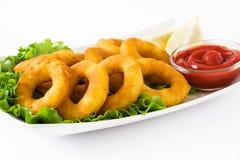 Τηγανισμένα δαχτυλίδια calamari με το μαρούλι και το κέτσαπ Στοκ εικόνα με δικαίωμα ελεύθερης χρήσης