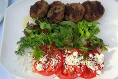 Τηγανισμένα ελληνικά κεφτή με την ντομάτα, το τυρί & τη σαλάτα Στοκ Εικόνα