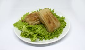 Τηγανισμένα κέικ κρέατος στη σαλάτα στοκ εικόνες